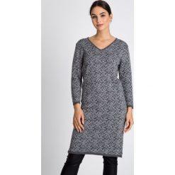 Swetrowa sukienka w panterkę QUIOSQUE. Szare sukienki balowe marki QUIOSQUE, z motywem zwierzęcym, z wełny, z dekoltem w serek, z długim rękawem, proste. W wyprzedaży za 129,99 zł.