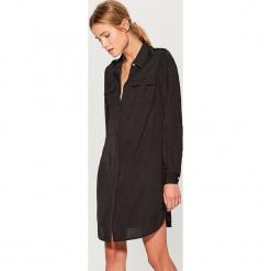 Koszulowa sukienka z kieszeniami - Czarny. Czarne sukienki z falbanami marki Mohito, m, z kontrastowym kołnierzykiem. Za 99,99 zł.