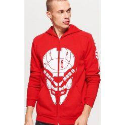 Czerwona bluza z grafiką - Czerwony. Czerwone bluzy męskie rozpinane marki Cropp, l. Za 139,99 zł.