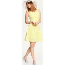 SUKIENKA DAMSKA WE WZORY. Białe sukienki hiszpanki Top Secret, w kwiaty, z koronki. Za 79,99 zł.