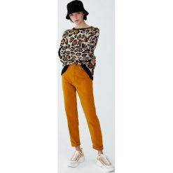Musztardowe jeansy mom fit. Szare jeansy damskie relaxed fit Pull&Bear. Za 139,00 zł.