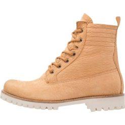 Blackstone Botki sznurowane beige. Brązowe buty zimowe damskie marki Blackstone. W wyprzedaży za 377,55 zł.