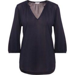 Filippa K GATHERED BLOUSE Bluzka z długim rękawem navy. Niebieskie bluzki asymetryczne Filippa K, l, z materiału, z długim rękawem. Za 629,00 zł.