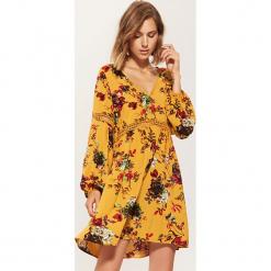 Sukienka z ażurowymi wstawkami - Wielobarwn. Brązowe sukienki z falbanami marki House, m, w ażurowe wzory. Za 89,99 zł.