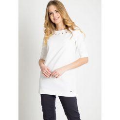 Biała tunika z łezkami na dekolcie QUIOSQUE. Czarne tuniki damskie marki QUIOSQUE, na imprezę, z dzianiny, z kopertowym dekoltem, mini, dopasowane. W wyprzedaży za 49,99 zł.