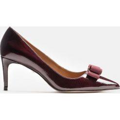 Bordowe czółenka damskie. Białe buty ślubne damskie marki Kazar, ze skóry, na wysokim obcasie, na szpilce. Za 499,00 zł.