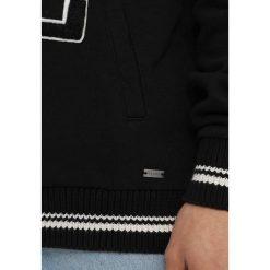 Tigha TAYO COLLEGE Bluza z kapturem black/burnt blood. Niebieskie bluzy męskie rozpinane Tigha, l, z bawełny, z kapturem. W wyprzedaży za 381,75 zł.