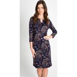 Granatowa sukienka z wzorem QUIOSQUE. Szare sukienki marki QUIOSQUE, na imprezę, w kolorowe wzory, z dzianiny, klasyczne, z klasycznym kołnierzykiem. W wyprzedaży za 126,00 zł.