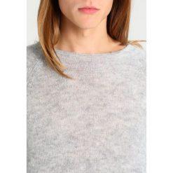 Swetry klasyczne męskie: Weekday STARS Sweter light grey
