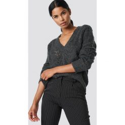 NA-KD Trend Sweter z dekoltem V - Grey. Zielone swetry klasyczne damskie marki Emilie Briting x NA-KD, l. Za 202,95 zł.
