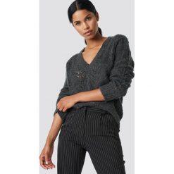 Swetry klasyczne damskie: NA-KD Trend Sweter z dekoltem V - Grey
