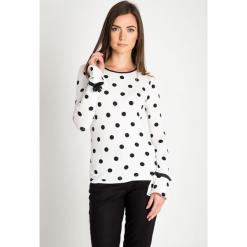 Biała bluzka w czarne groszki QUIOSQUE. Białe bluzki wizytowe marki QUIOSQUE, s, w grochy, z dzianiny, eleganckie, z klasycznym kołnierzykiem. W wyprzedaży za 89,99 zł.