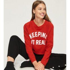 Bluza z nadrukiem - Czerwony. Czerwone bluzy rozpinane damskie Sinsay, l, z nadrukiem. Za 39,99 zł.