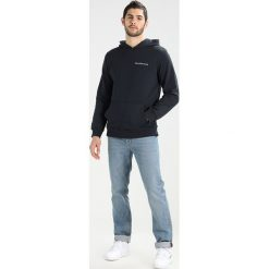 Calvin Klein Jeans HOROS 2 REGULAR POPOVER Bluza z kapturem ck black. Czarne bejsbolówki męskie Calvin Klein Jeans, m, z bawełny, z kapturem. W wyprzedaży za 349,30 zł.