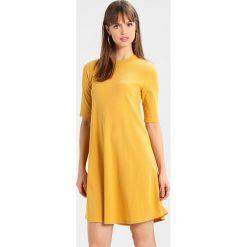 Sukienki dzianinowe: Compañía fantástica MATATENA DRESS Sukienka dzianinowa amarillo