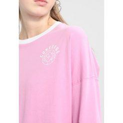Converse STREET SPORT LONG SLEEVE Bluzka z długim rękawem light orchid. Czerwone topy sportowe damskie Converse, s, z bawełny, sportowe, z długim rękawem. Za 149,00 zł.