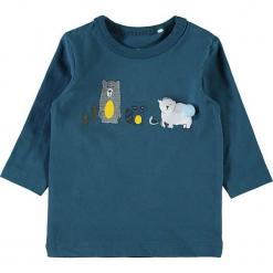 """Koszulka """"Sesom"""" w kolorze niebieskim. Niebieskie t-shirty chłopięce z długim rękawem Name it Baby, z aplikacjami, z bawełny. W wyprzedaży za 25,95 zł."""