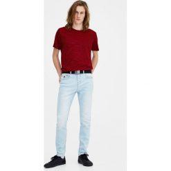 Wybielane jeansy slim fit. Niebieskie jeansy męskie relaxed fit Pull&Bear. Za 89,90 zł.