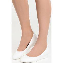 Białe Koturny Something I Need. Czarne buty ślubne damskie marki Kazar, z materiału, na wysokim obcasie, na koturnie. Za 59,99 zł.