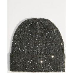 Czapka z połyskującą aplikacją - Szary. Czerwone czapki zimowe damskie marki Mohito, z bawełny. Za 29,99 zł.