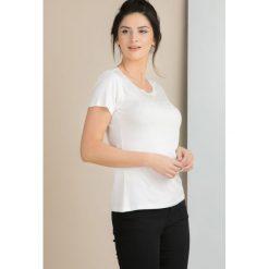 T-shirt z połyskującymi dżetami. Szare t-shirty damskie marki Monnari, z bawełny, z dekoltem na plecach. Za 59,50 zł.