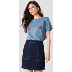 NA-KD T-shirt Cherry - Blue. Niebieskie t-shirty damskie NA-KD, z nadrukiem, z dżerseju. W wyprzedaży za 21,89 zł.