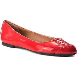 Baleriny EMPORIO ARMANI - X3D212 XD138 00029 Rosso. Czerwone baleriny damskie lakierowane Emporio Armani, z lakierowanej skóry, na płaskiej podeszwie. W wyprzedaży za 509,00 zł.
