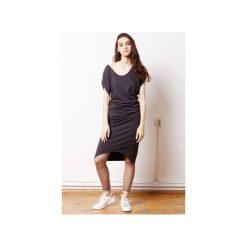 Wygodna Dzianinowa Sukienka Dresowa Grafit. Szare sukienki asymetryczne CADOaccessories, l, w geometryczne wzory, z bawełny, eleganckie, z asymetrycznym kołnierzem. Za 329,00 zł.