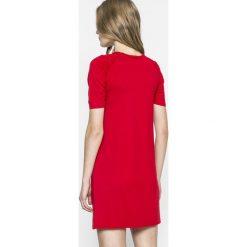 Answear - Sukienka. Czerwone sukienki dzianinowe marki ANSWEAR, na co dzień, m, casualowe, z okrągłym kołnierzem, z krótkim rękawem, mini. W wyprzedaży za 59,90 zł.