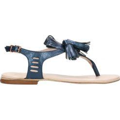 Sandały MOLLY. Niebieskie sandały damskie z frędzlami marki Gino Rossi, w paski, ze skóry, na płaskiej podeszwie. Za 149,90 zł.