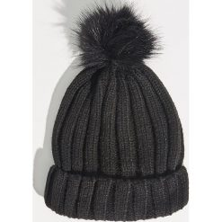 Prążkowana czapka z pomponem - Czarny. Czarne czapki zimowe damskie marki Sinsay, prążkowane. Za 24,99 zł.
