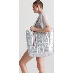 Pikowana torba - Srebrny. Szare torebki klasyczne damskie marki Reserved, pikowane. Za 99,99 zł.