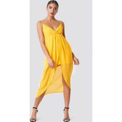 NA-KD Party Sukienka - Yellow. Brązowe sukienki na komunię marki Mohito, l, z kopertowym dekoltem, kopertowe. Za 161,95 zł.