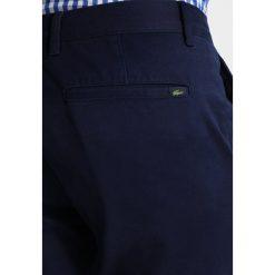 Lacoste Jeansy Slim Fit marine. Niebieskie jeansy męskie regular Lacoste, z bawełny. Za 469,00 zł.