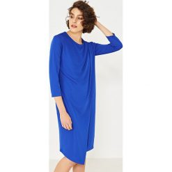 Simple - Sukienka. Szare sukienki asymetryczne Simple, z dzianiny, eleganckie, z asymetrycznym kołnierzem, mini. W wyprzedaży za 299,90 zł.