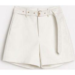 Białe szorty - Biały. Białe szorty damskie Reserved. W wyprzedaży za 59,99 zł.