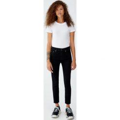 Jeansy skinny fit petite. Czarne jeansy damskie relaxed fit Pull&Bear, z jeansu. Za 79,90 zł.