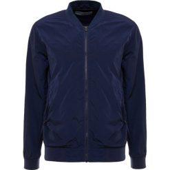 CLOSED WINBREAKER Kurtka wiosenna marine. Niebieskie kurtki męskie marki CLOSED, m, z materiału, marine. W wyprzedaży za 419,60 zł.