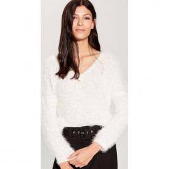 Sweter z dekoltem w szpic - Biały. Czerwone swetry klasyczne damskie marki Mohito, z bawełny. Za 99,99 zł.