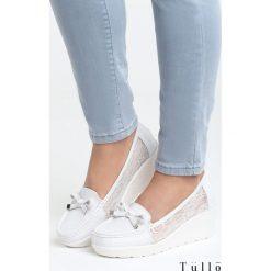Białe Koturny All Over Me. Czarne buty ślubne damskie marki Kazar, z materiału, na wysokim obcasie, na koturnie. Za 89,99 zł.