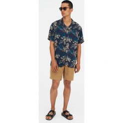 Koszula w tropikalne kwiaty. Czerwone koszule męskie marki Pull&Bear, m. Za 62,90 zł.