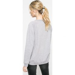 Pepe Jeans - Sweter. Szare swetry klasyczne damskie Pepe Jeans, l, z bawełny, z okrągłym kołnierzem. W wyprzedaży za 199,90 zł.