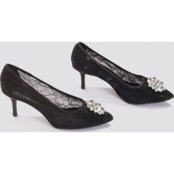 NA-KD Shoes Koronkowe szpilki ze strassem - Black. Czarne szpilki NA-KD Shoes, w koronkowe wzory, z koronki. W wyprzedaży za 54,59 zł.