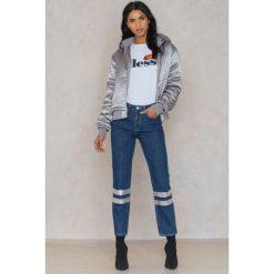 NA-KD Jeansy z dwoma srebrnymi paskami na nogawkach - Blue. Niebieskie jeansy damskie NA-KD, w paski, z bawełny. W wyprzedaży za 40,19 zł.