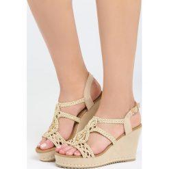 Ciemnobeżowe Sandały Superstitious. Brązowe sandały damskie marki Born2be, z materiału, na koturnie. Za 54,99 zł.