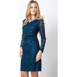 Niebieska sukienka z koronki z marszczeniem QUIOSQUE. Niebieskie sukienki balowe marki QUIOSQUE, na karnawał, w ażurowe wzory, z koronki, z kopertowym dekoltem, z długim rękawem, kopertowe. Za 219,99 zł.