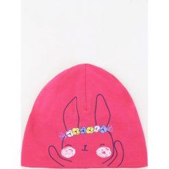 Czapka z nadrukiem królika - Różowy. Czerwone czapki damskie marki Reserved, z nadrukiem. W wyprzedaży za 9,99 zł.