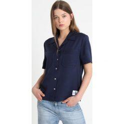 Calvin Klein Jeans POCKET DRAPEY TENCEL SHORT SLEEVE SHIRT Koszula peacoat. Niebieskie koszule jeansowe damskie Calvin Klein Jeans, l. Za 399,00 zł.