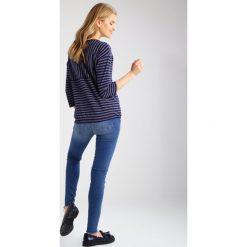 Mavi ADRIANA Jeansy Slim fit fringe sunset. Niebieskie rurki damskie Mavi. W wyprzedaży za 215,20 zł.