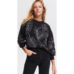 Bluza z aplikacjami - Czarny. Czarne bluzy damskie Reserved, l, z aplikacjami. Za 99,99 zł.